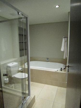 VIP Living Luxury Hotel Apartments: Ensuite bathroom