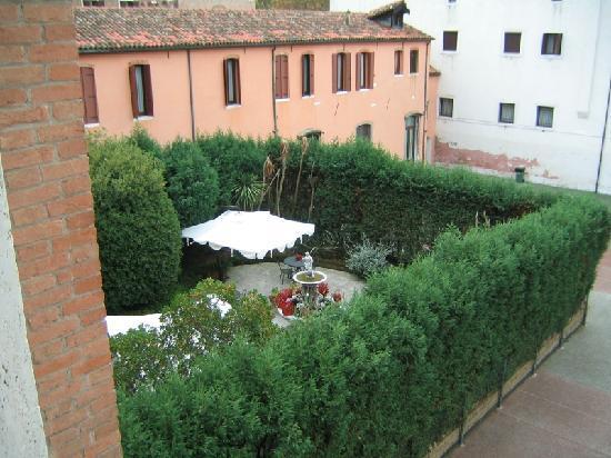 Hotel Belle Arti: Blick aus dem Fenster auf den Hotelgarten
