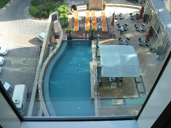 Radisson Blu Hotel, Dubai Media City: Pool area at the back of the Fitness Centre