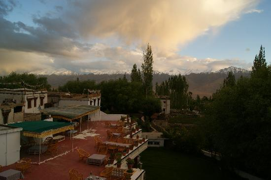 Hotel Omasila: view of terrace and the mountains