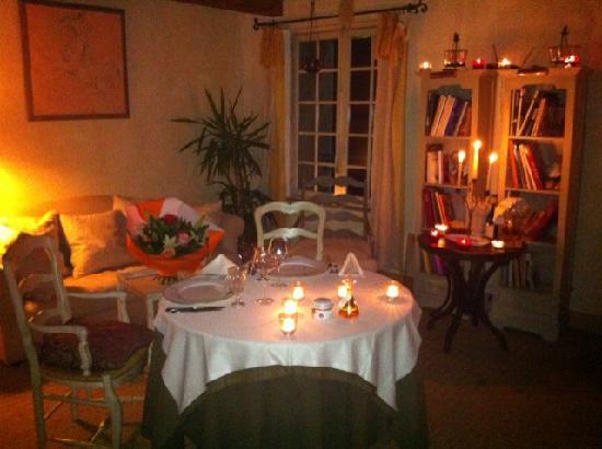 La Maison - Domaine De Bournissac: la table au salon cheminée