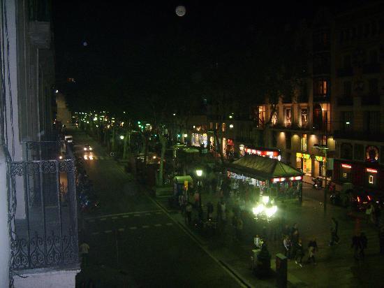 Hostal Mare Nostrum: la rambla di sera dal balcone