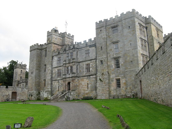 Alnwick, UK: Chillingham Castle entrance