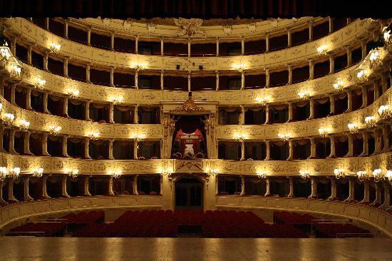 L'interno del Teatro Sociale di Como