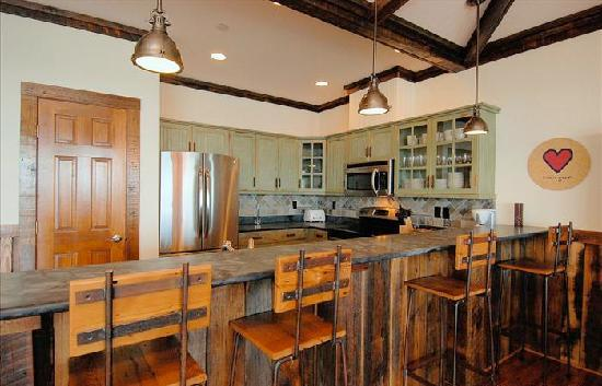 Waves Village Resort: Kitchen with Stainless Appliances