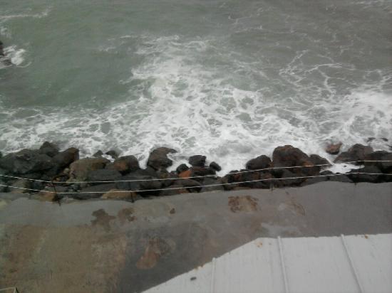 Hotel Rocce del Capo: Dalla finestra ... il mare sotto di noi .
