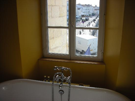 Hotel de Toiras: salle de bains sans rideau sur le port