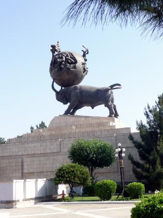 Ashgabat, Turkménistan : Denkmal für die Erdbebenopfer