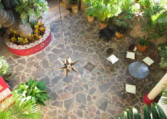 Hotel Casa Blanca: Patio in daytime