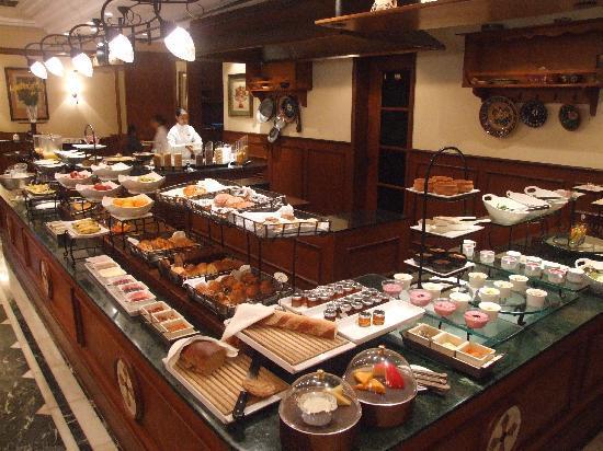 The Oberoi Grand: Frühstück (kalt vom Buffet, warm auf Bestellung)
