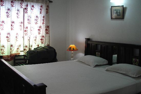 Hotel Mahal Khandela: Clean room with really white sheets