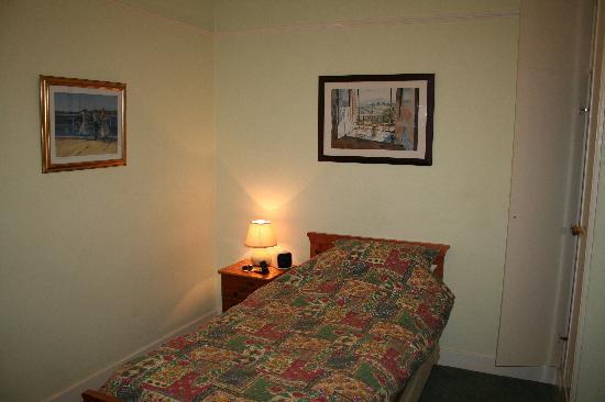 Bridge House: Comfortable and Practical Bedroom