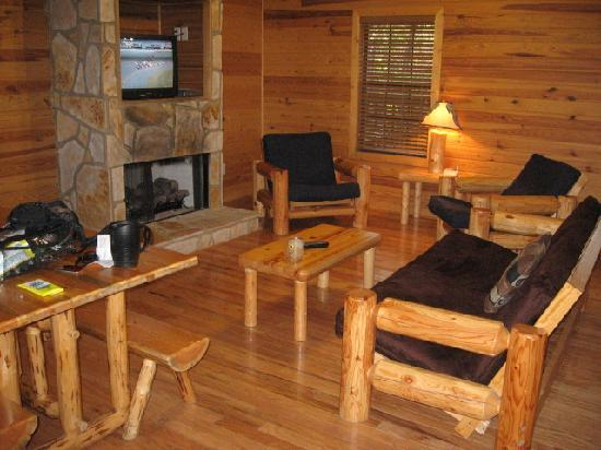 Gadsden, AL: Living room