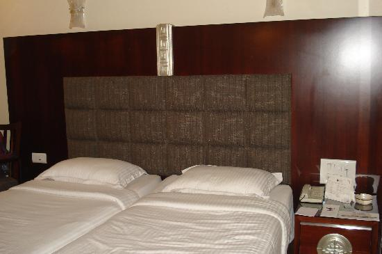 Hotel Suba Palace : Our bed