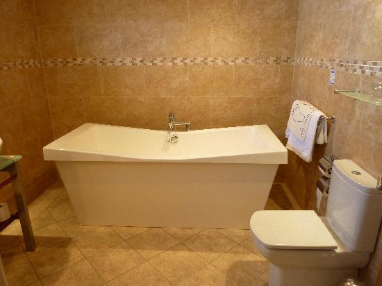 Inn on the Prom Hotel: The bathroom