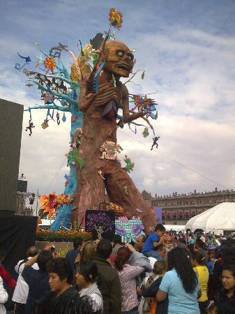 Mexique : Día de Muertos en México. El arbol de la Muerte en el Zocalo