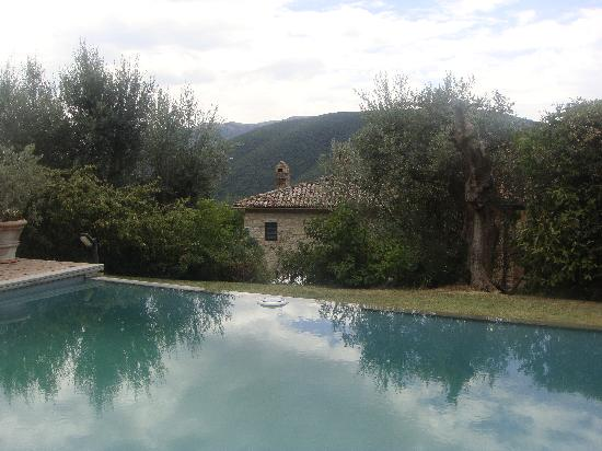 Prato di Sotto: Looking over the pool