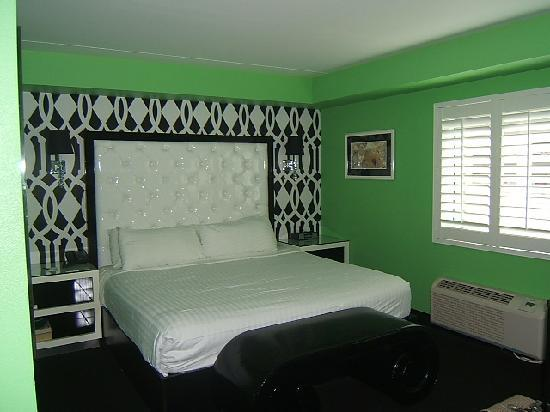 El Cortez Cabana Suites: The bed..Comfortable king.