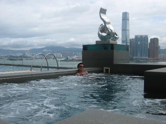 Four Seasons Hotel Hong Kong: the swimming pool