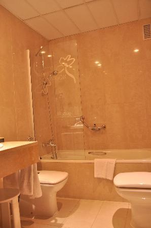 Silken Reino de Aragon Hotel: Bathroom