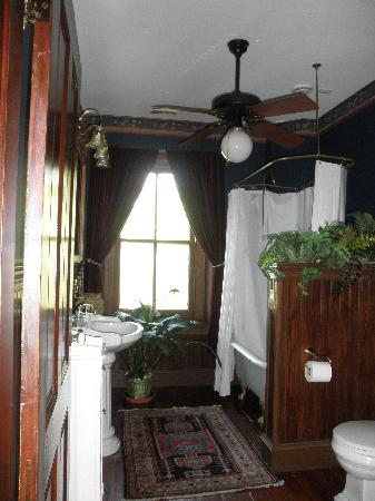 William Lewis House: Bathroom