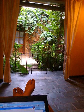 Hotel Le Bougainviller: relaxing on the covered patio outside my room