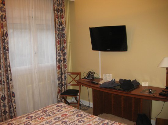 Hotel Chantecler : Bedroom showing TV and desk