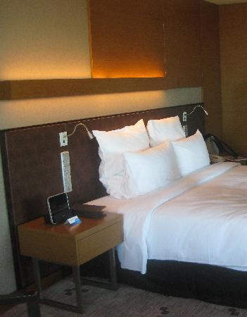 Radisson Blu Cebu: bed in business class room