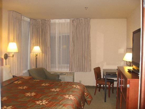 Silver Cloud Inn - University: Room with Queen size bed
