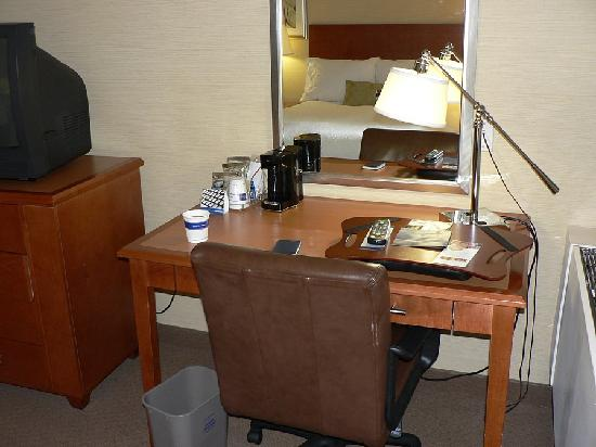 Hampton Inn & Suites Milwaukee Downtown: Work Desk