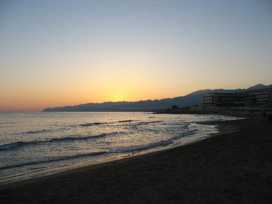 Palm Beach Hotel: Восход на пляже