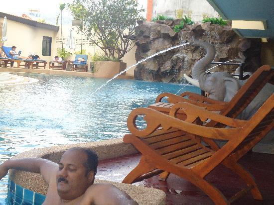 Palmyra Patong Resort: pool area