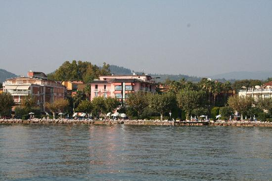 Hotel Kriss Internazionale: The Kriss and apartmentsfrom the lake