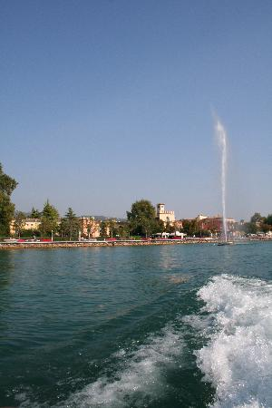 Hotel Kriss Internazionale: The fountain at Bardolino