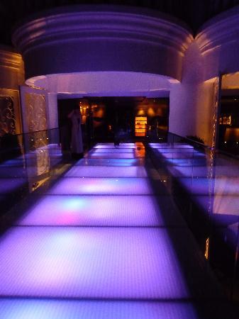 โรงแรมเลอบัว สเตททาว์เวอร์: Walkway to bar