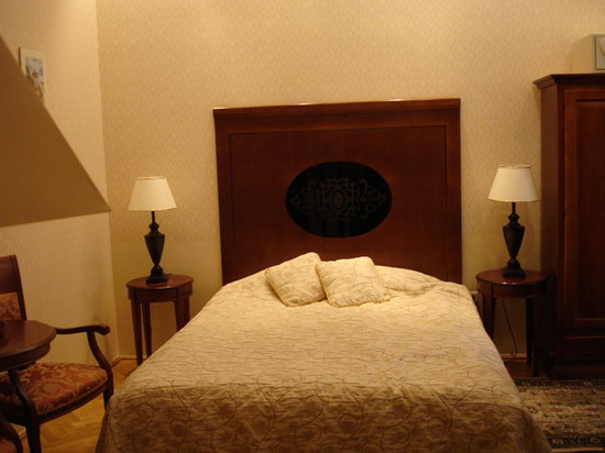 Ostoya Palace Hotel: The bed and the room.