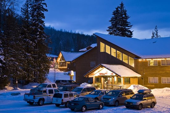 Fernie Slopeside Lodge: Wolf's Den Lodge- ski in and park in front