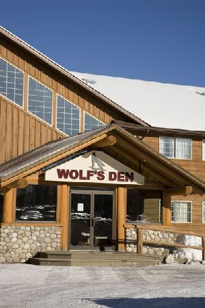 Fernie Slopeside Lodge: view of front of Wolf's Den Lodge
