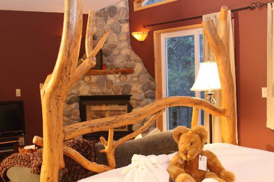 Pine River Ranch: Hand Peeled Log Beds and River rock fireplaces add to your romantic getaway