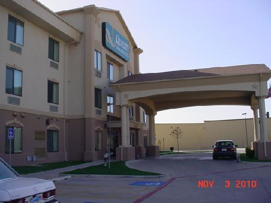 Quality Inn & Suites: Inviting Entrance