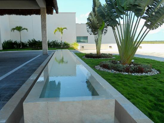 Secrets Silversands Riviera Cancun: Front Entrance Water Feature