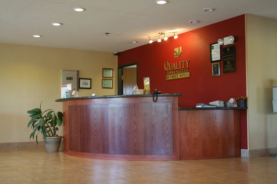 Quality Inn & Suites : Front Desk
