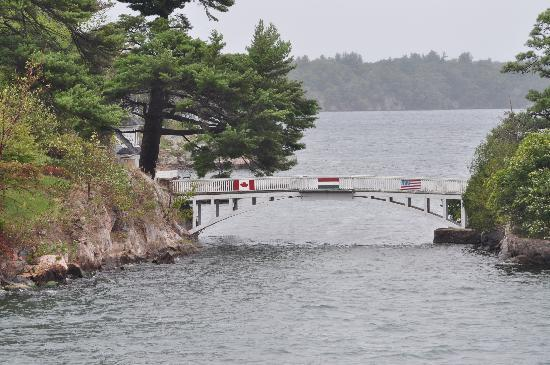 Gananoque, Canadá: Smallest International Bridge - 13 ft long, one side is Canada and the other US