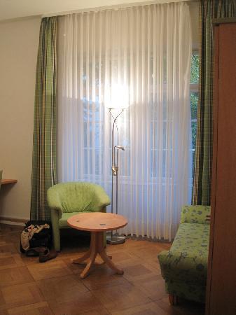Hotel Alleehaus : Sitting area looking from the doorway