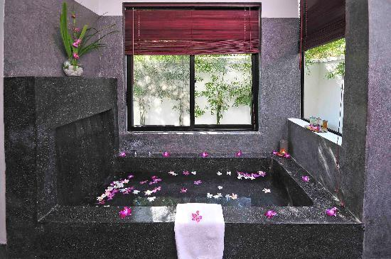 Sojourn Boutique Villas: Apsara & Temple Villa Bathtubs