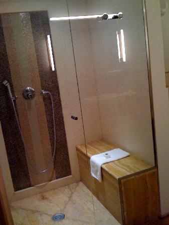 Mario de' Fiori 37: douche chambre sous les toits
