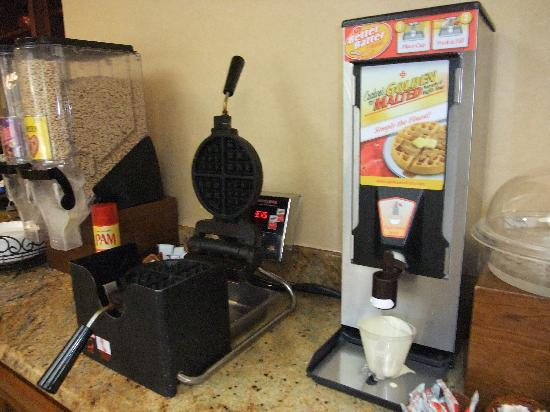 BEST WESTERN PLUS Inn Dixon: 朝食用のワッフルつくります