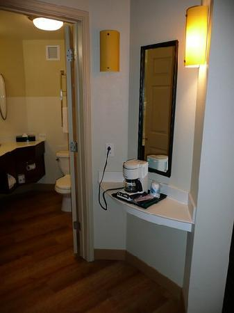 La Quinta Inn & Suites Durham Research Triangle Pk: Coffeemaker im Zimmer