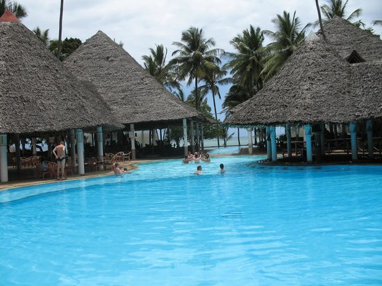 Neptune Village Beach Resort & Spa: piscine suprerbe avec bar à l'intérieur