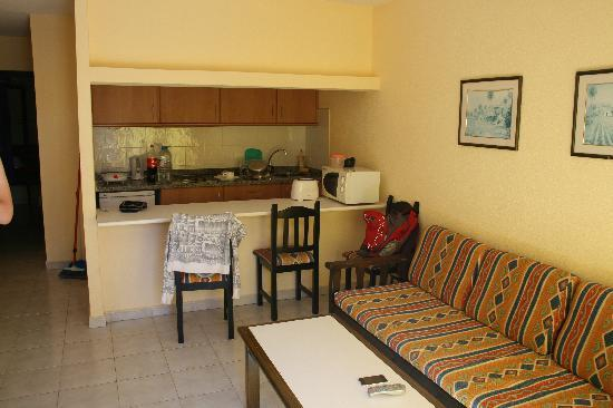 Atlantico Playa Apartments: Kitchen and living room